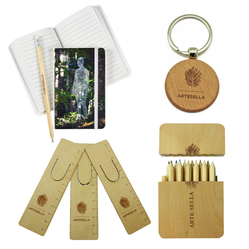 Merchandising museale di Arte Sella: righelli, agendina, matite, portachiavi