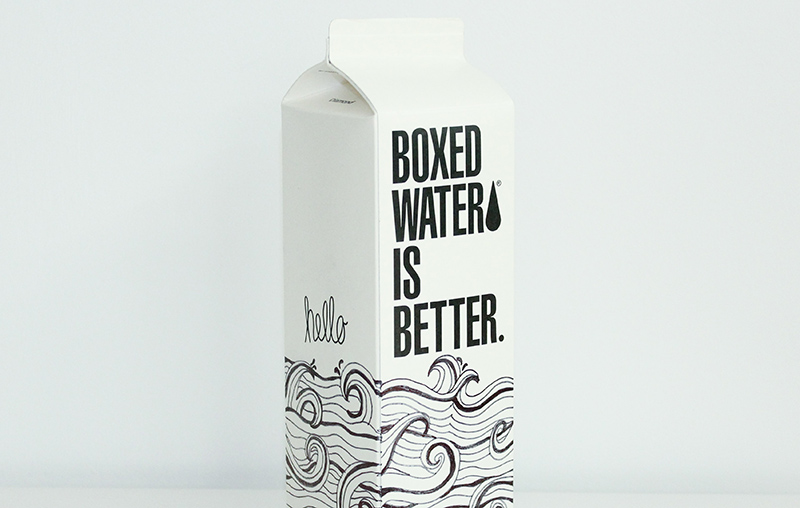 bottiglia di latte in cartone con scritta