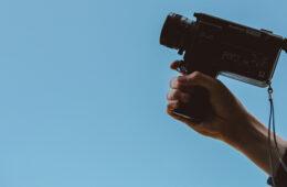 mano con videocamera che sta per creare un video