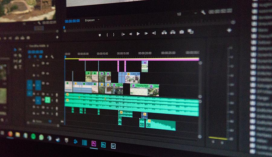 schermata computer con programma video editing aperto per creare un video