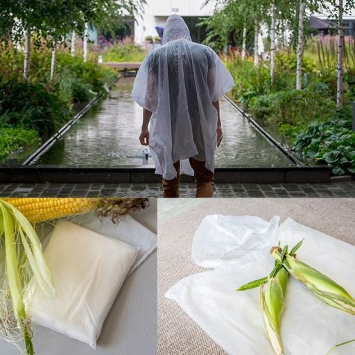 ragazzo di spalle con poncho in mais come esempio di tessuti sostenibili artificiali