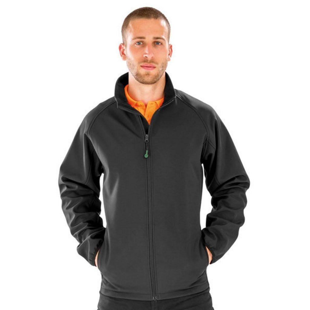 ragazzo con giacca softshell nera come esempio di tessuti sostenibili sintetici