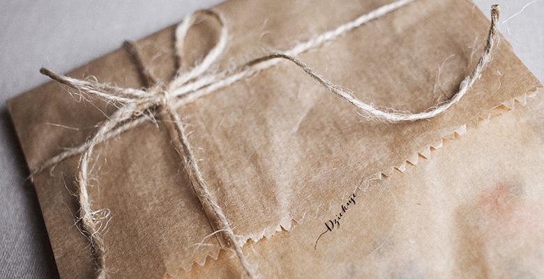 pacco regalo in carta ecologica come esempio di regalo ecosostenibile
